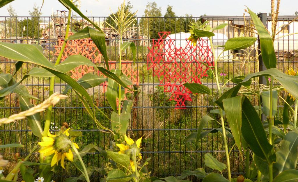 """""""Ich steh' den ganzen Tag am Gartenzaun und wackele lustig mit den Augenbrauen..."""" (Helge Schneider)"""