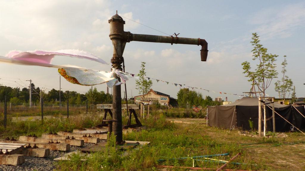 Früher Wasserkran für Lokomotiven, heute Sommerdusche