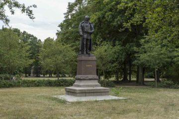 Das Karl-Heine-Denkmal gegenüber vom Leipziger Palmengarten
